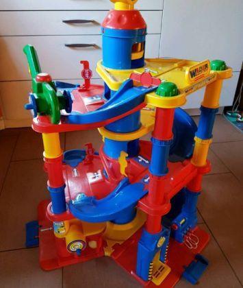 Parkhaus Spielzeugautos